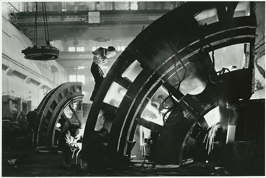 Pengelasan stators di pabrik Turbogenerator di Kharkov, 1958 - 1959.