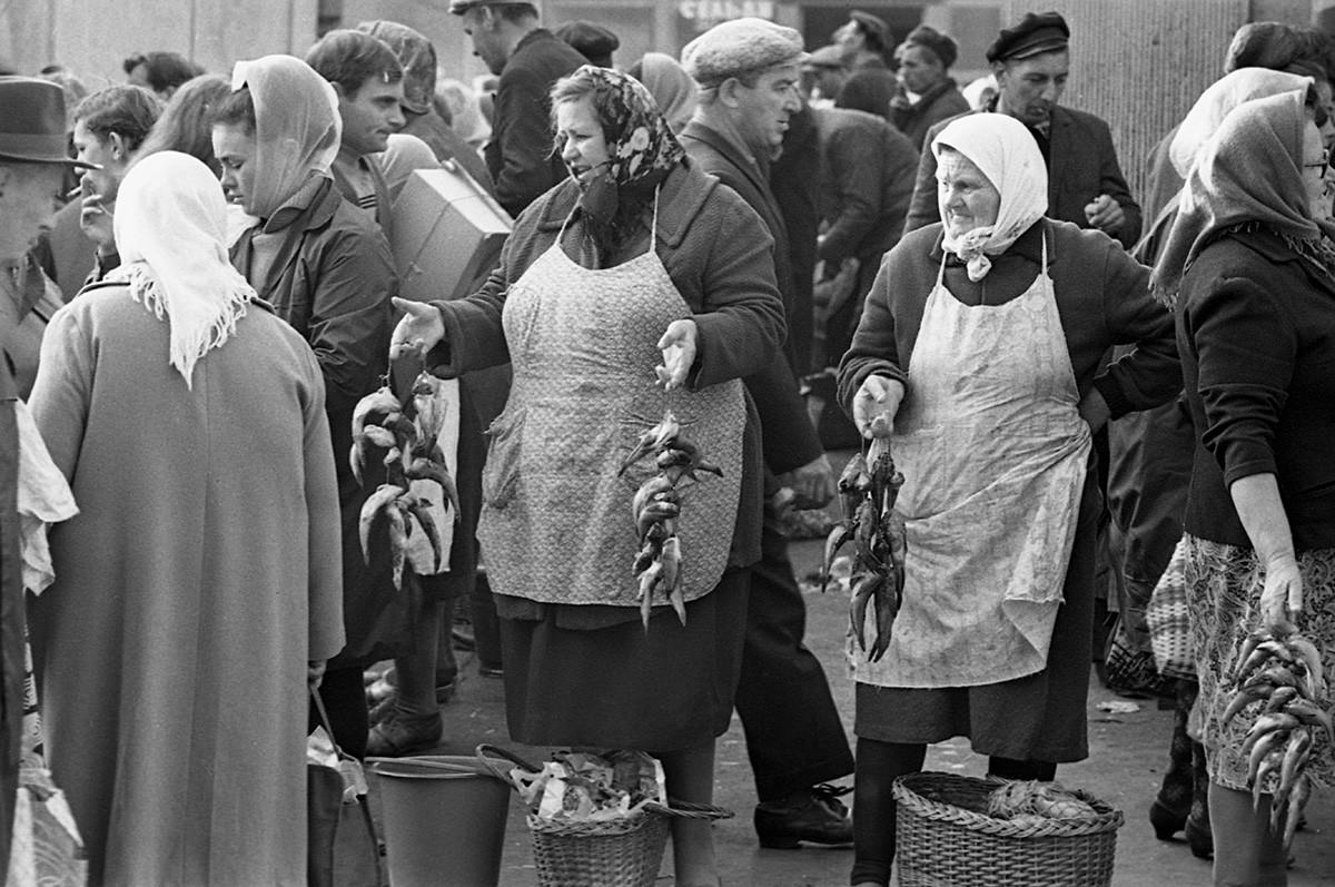 Perdagangan ikan di pasar Odessa, 1970.