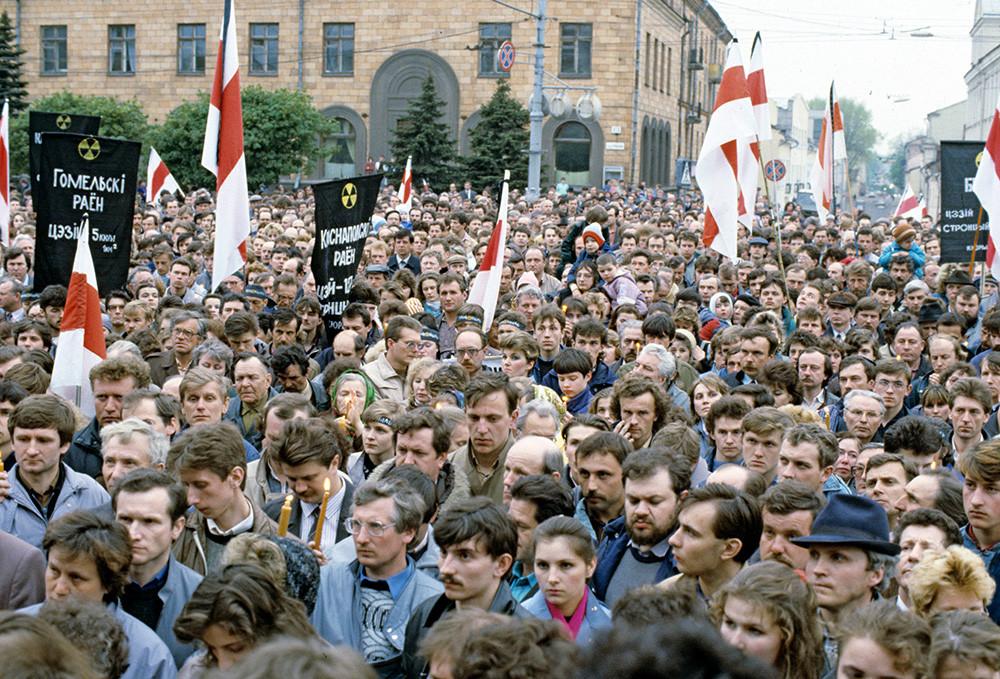 Дан сећања на страдале у Чернобилској катастрофи 1986 года, која се догодила недалеко од белоруске границе. Радијација се проширила у дубину земље. Фотографија је из 1990.
