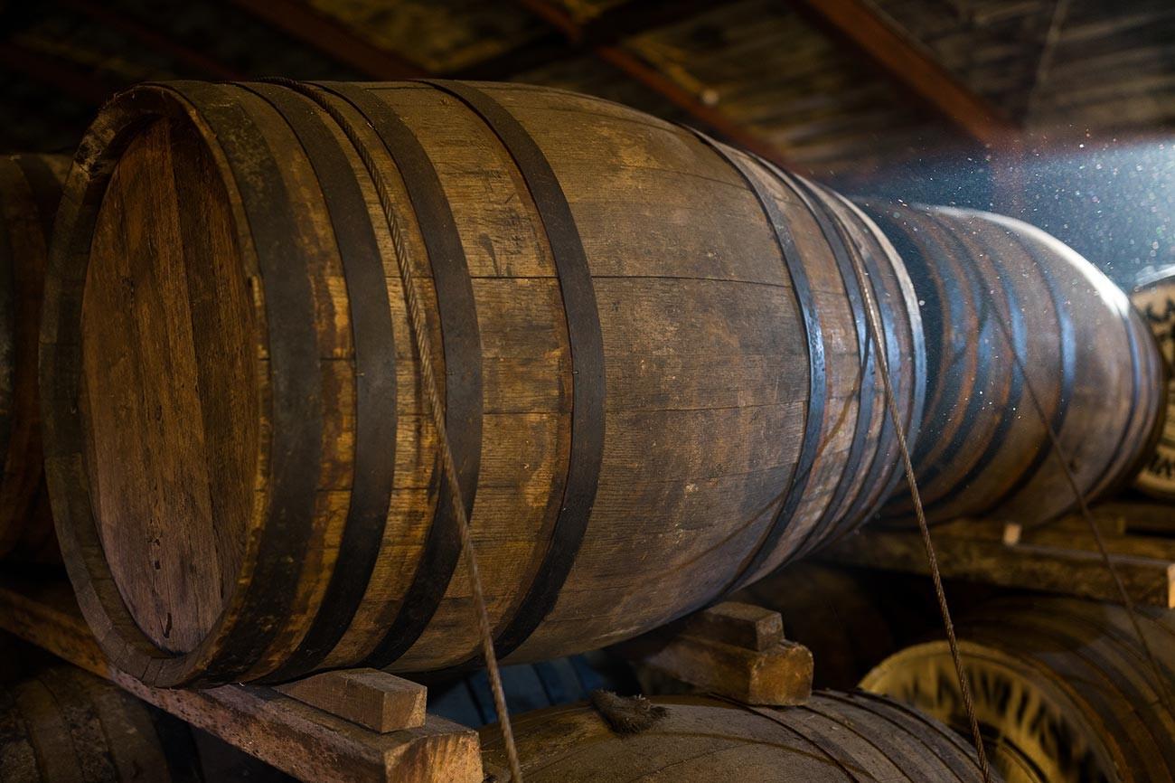 Beginilah bentuk tong-tong kayu selama tahap awal produksi madu fermentasi.