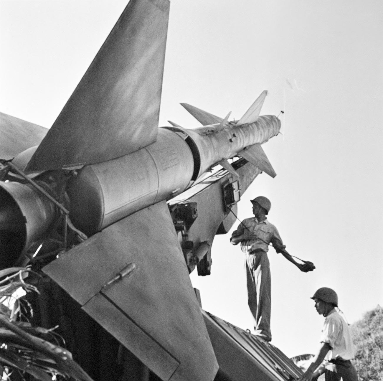 Combattants de l'Armée du Nord-Vietnam à côté d'une batterie de missiles destinée à lutter contre les raids aériens américains pendant la guerre du Vietnam.