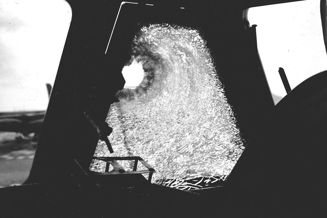 Fenêtre du pilote d'un Boeing B-52 endommagée par un fragment de SA-2