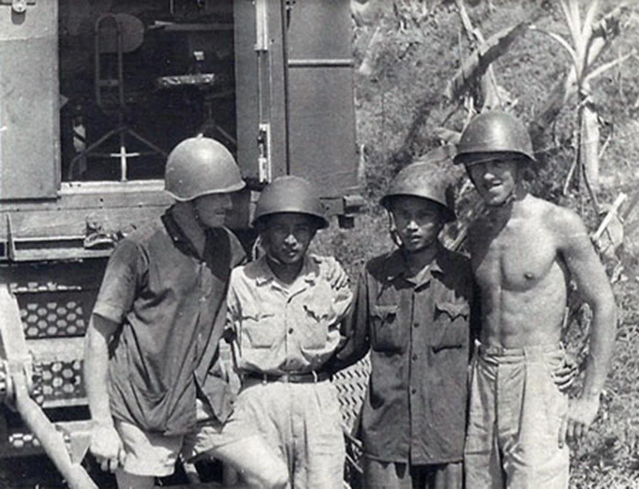 Avril 1967. De gauche à droite sur la photo : le capitaine Viktor Jouravlev, instructeur du commandant de batterie ; commandant de batterie, lieutenant-lieutenant supérieur de la 2e division They ; Opérateur Leo; opérateur Mazour.