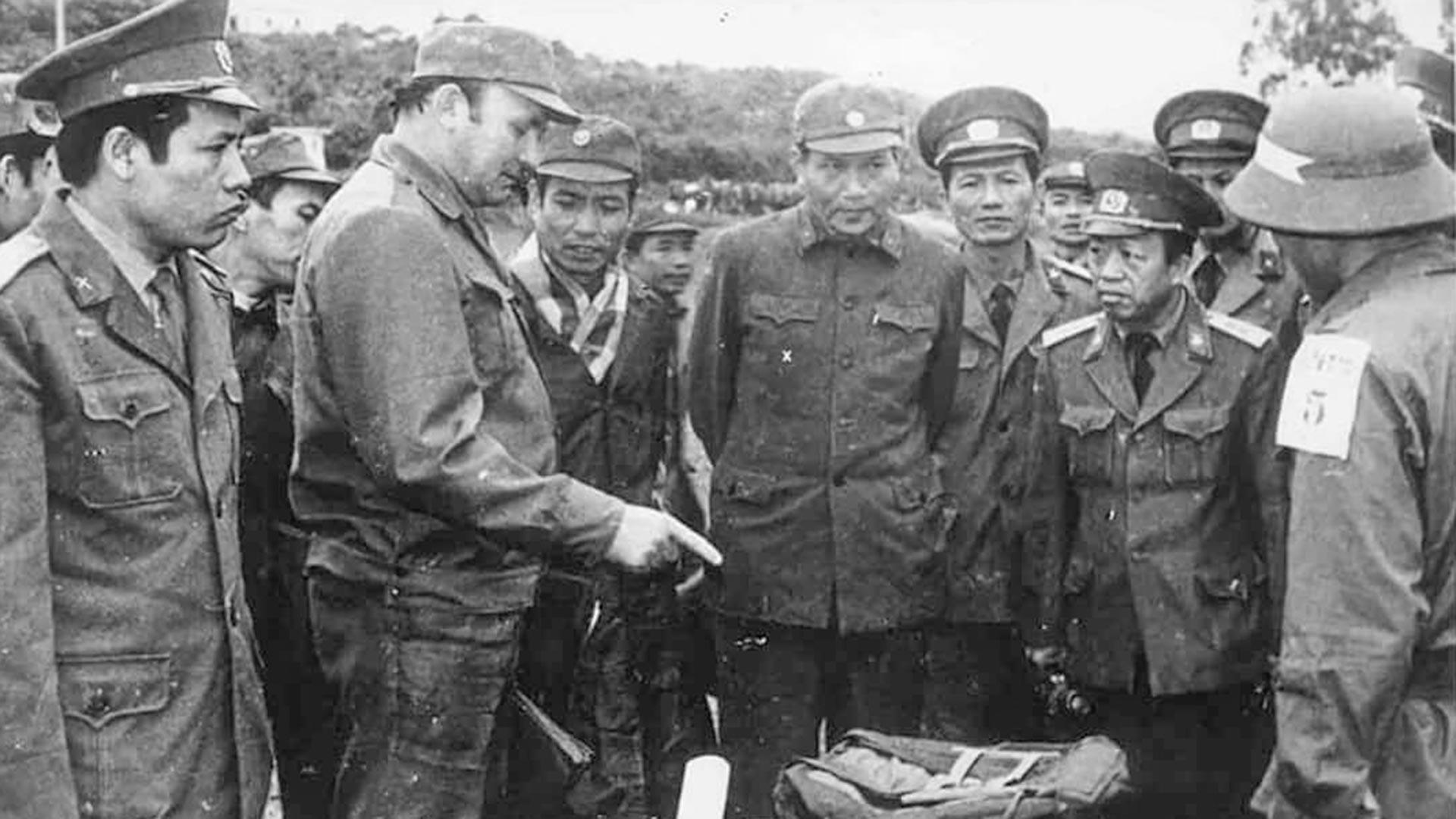 Exercices militaires au Vietnam. Conseiller russe donnant des explications.