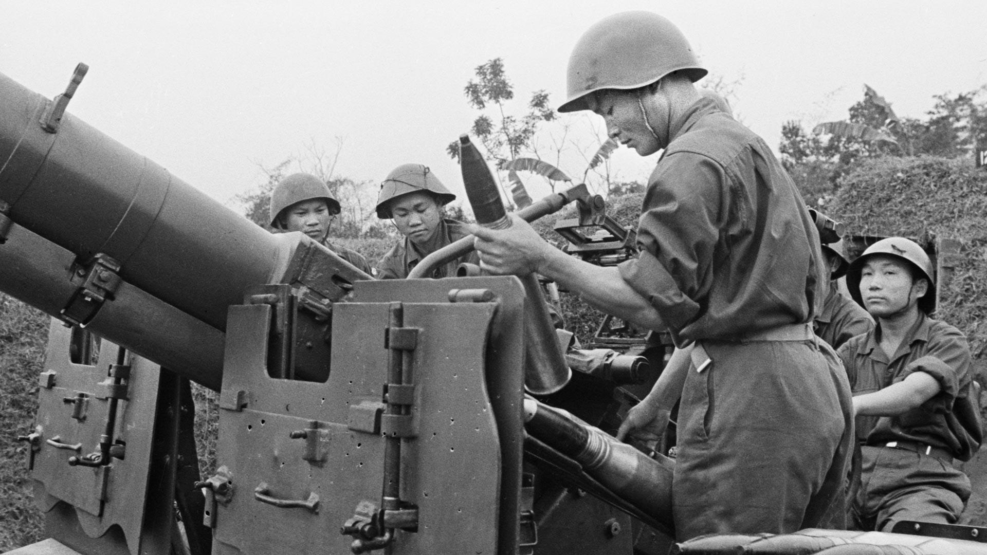 Armée du Nord-Vietnam. Artilleurs anti-aériens en position de tir
