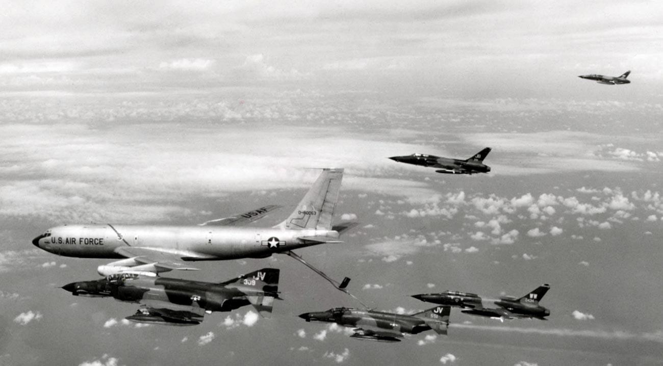 Un groupe de frappe de l'US Air Force prend du carburant en route pour le nord du Vietnam afin de réaliser une frappe dans le cadre de l'Opération Linebacker en octobre 1972.