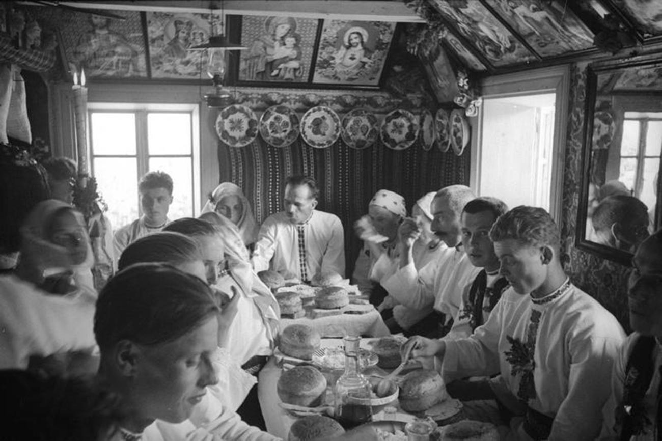 Деревенская свадьба. Застолье в хате, 1940