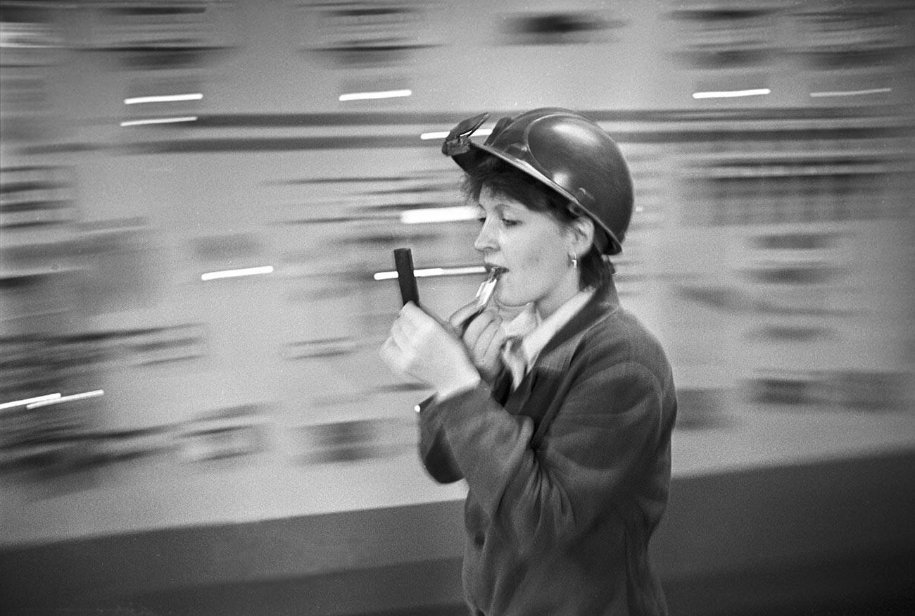 Молдавский металлургический завод в городе Рыбница. Старший контролер электросталеплавильного цеха Галина Фролова, 1987