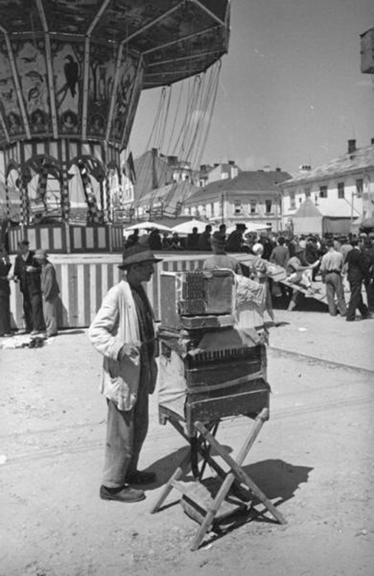 Joueur d'orgue de Barbarie avec perroquet au marché de Tchernovitsy (ville aujourd'hui située en Ukraine), 1940