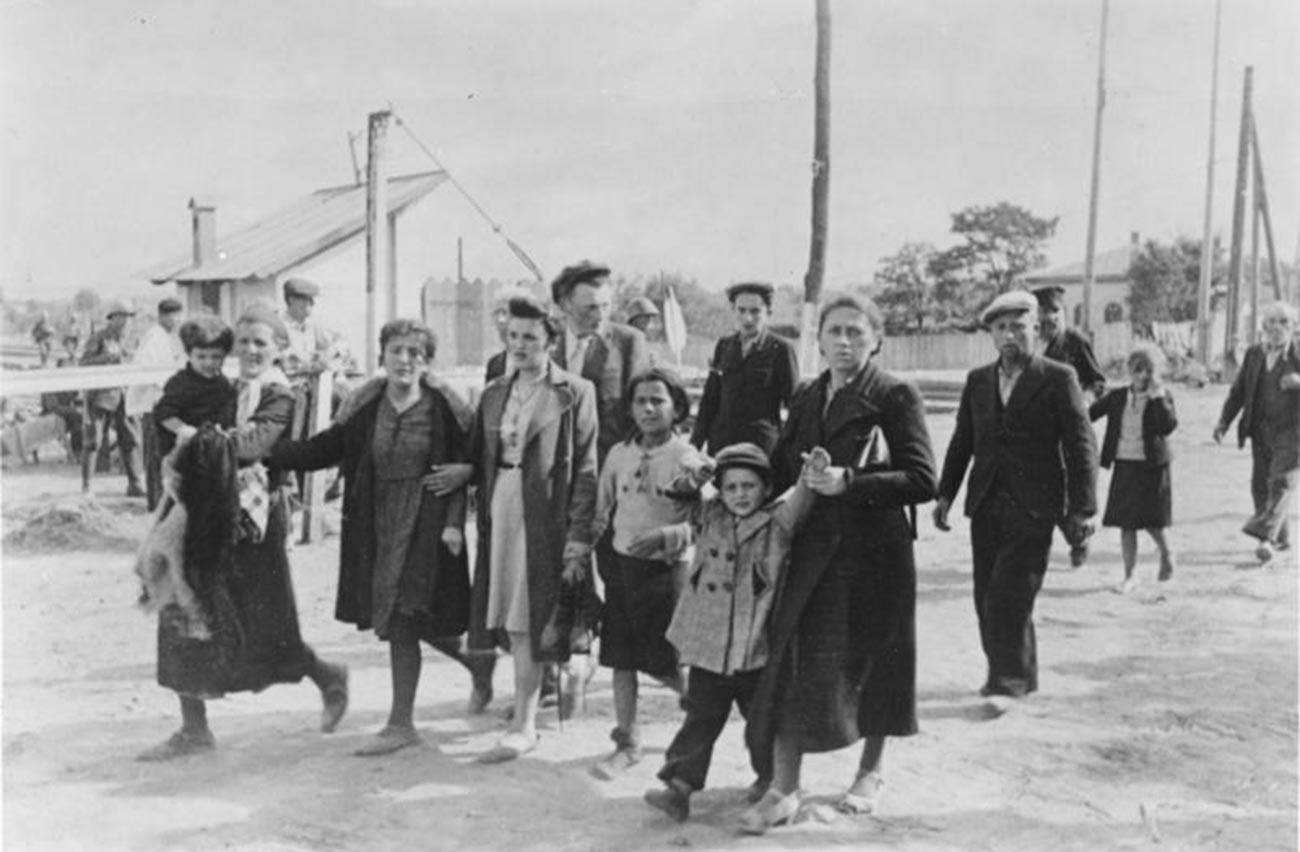 Des Roumains conduisent les partisans juifs et leurs familles au lieu de rassemblement.