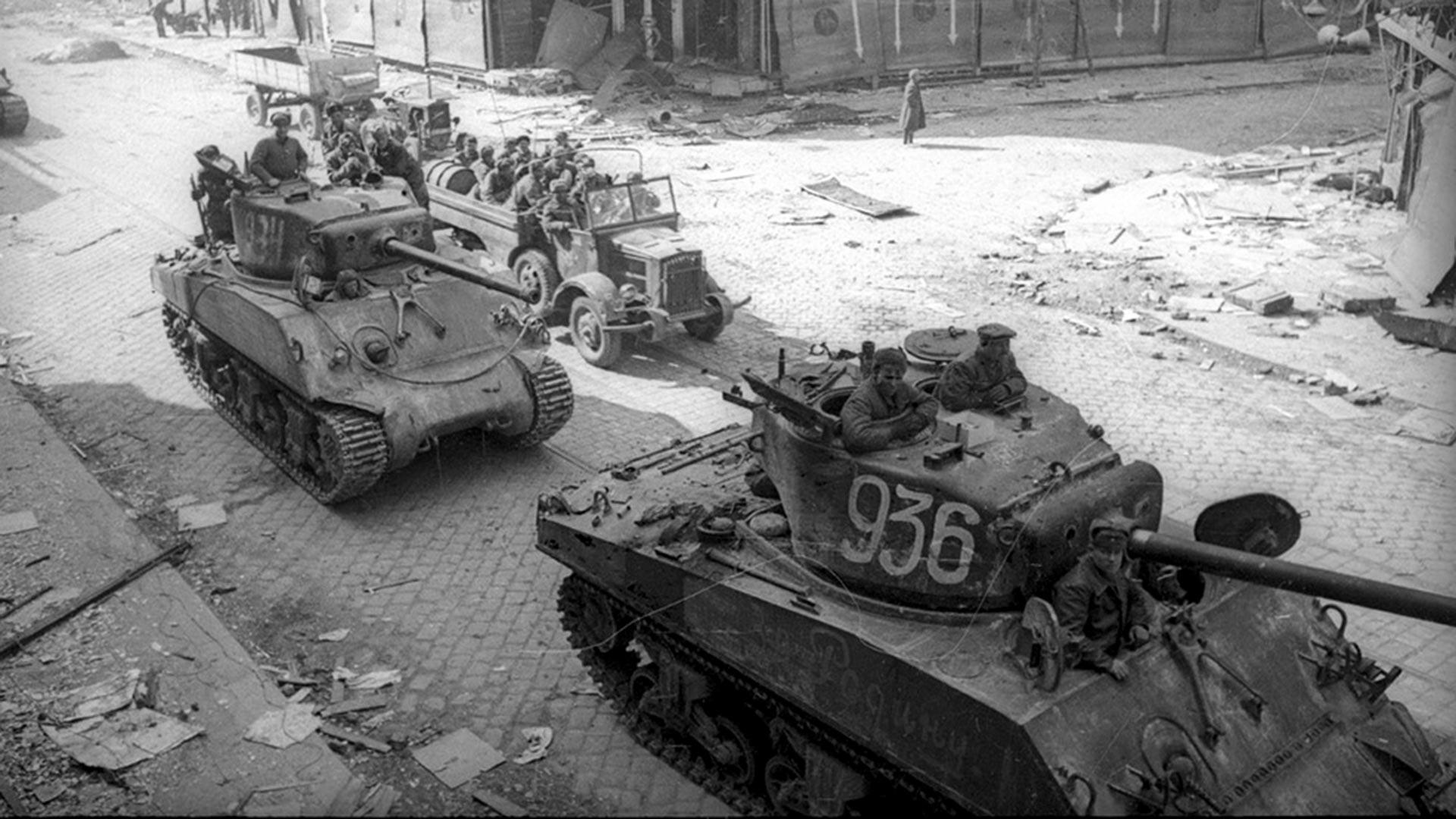 Съветски танкове във Виена