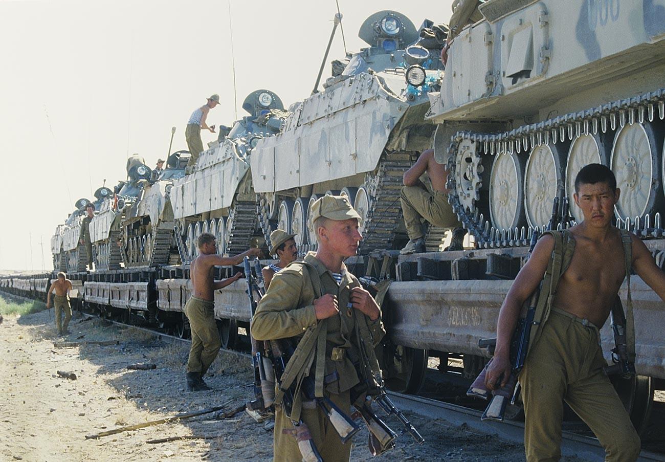ソ連軍が戦車を運送し、アフガニスタンから撤退する
