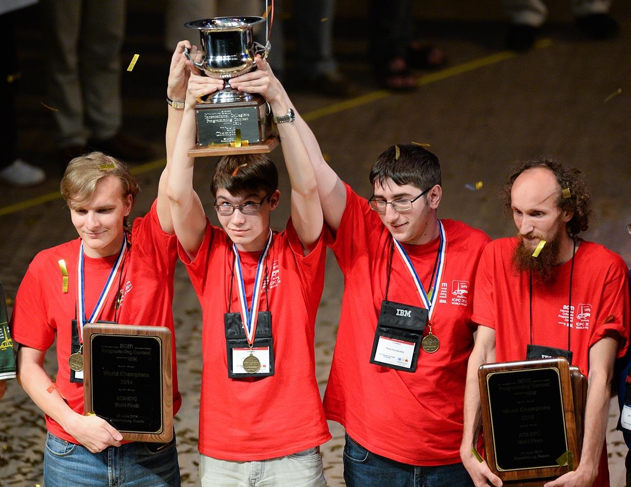 L'équipe de l'Université d'État de Saint-Pétersbourg lors de la cérémonie de décoration des vainqueurs du Concours international de programmation universitaire (ACM ICPC)