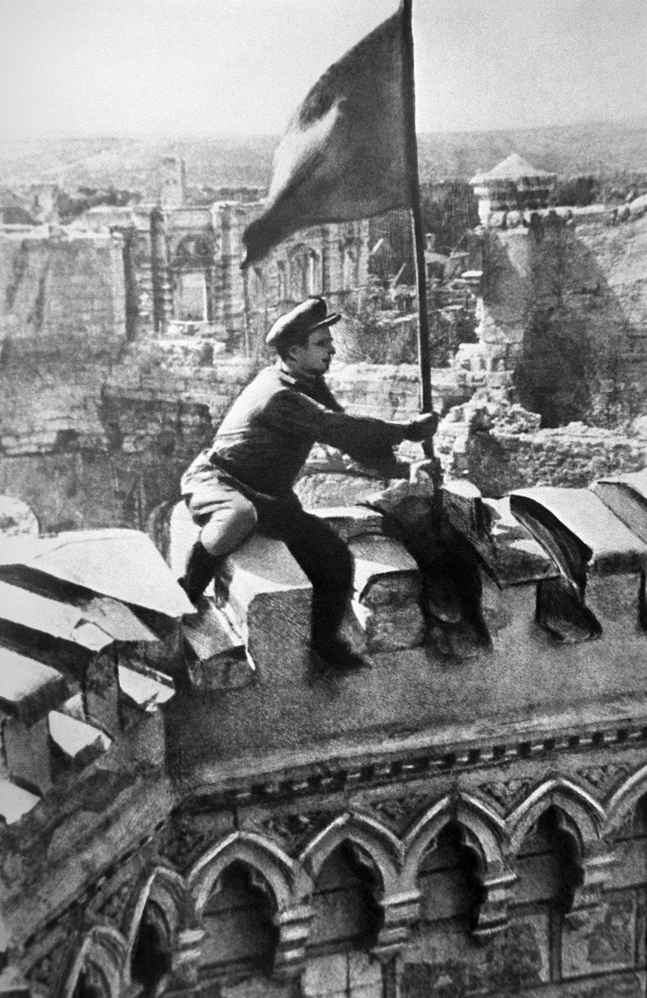 Levantando la bandera de la victoria sobre la Chisinau liberada, 1944.