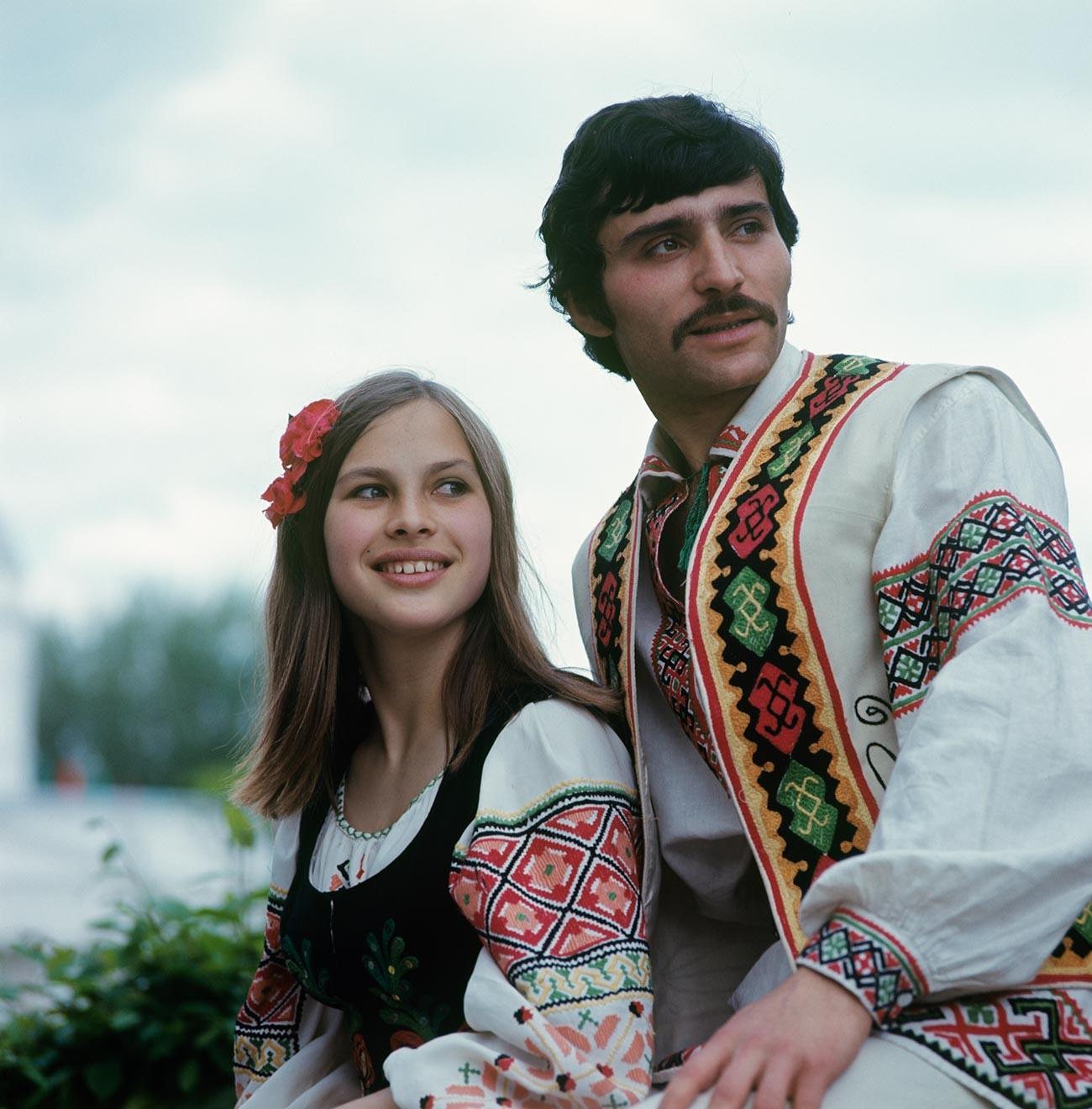 Miembros del grupo de danza folclórica Moldavanesca, 1975.