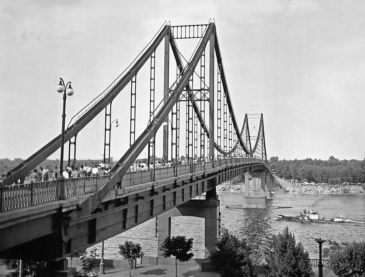 Мост над река Днепър в Киев, 1965 г.