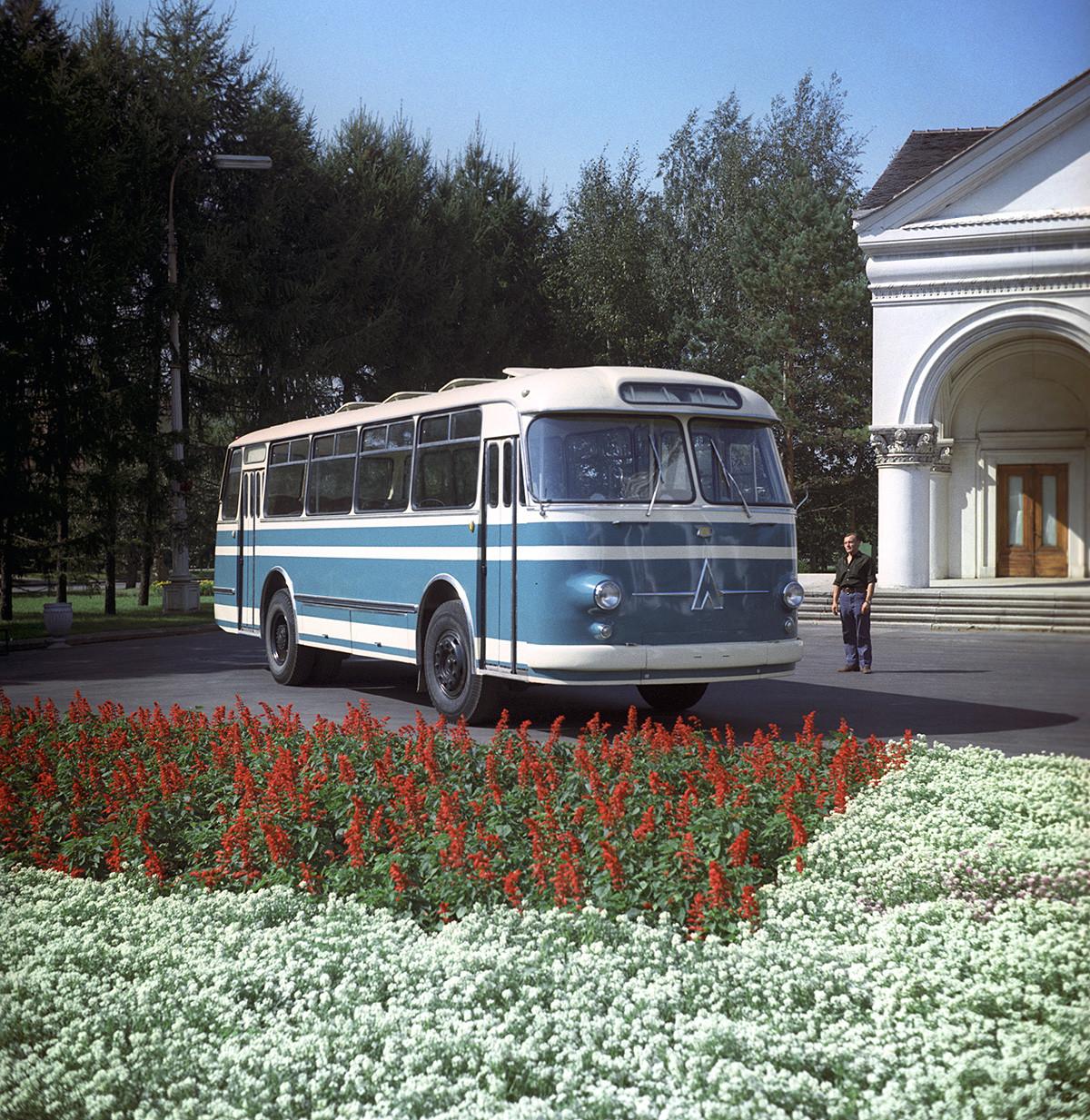 Съветският автобус ЛАЗ-697, произведен от Лвовския автобусен завод, 1970 г.