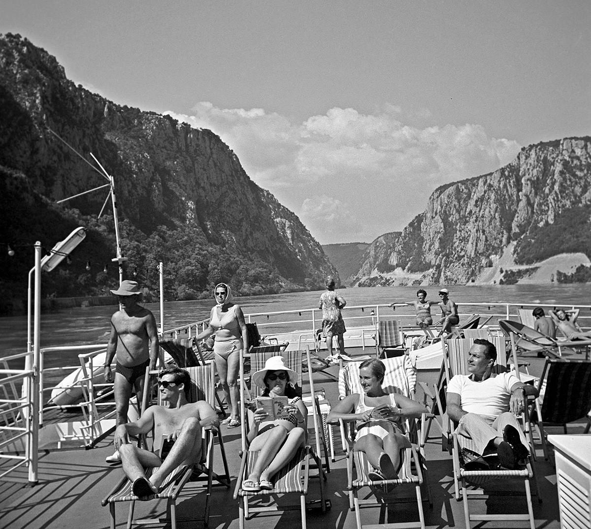 Туристи на палубата на кораба, докато плават по Дунав, 1969 г.