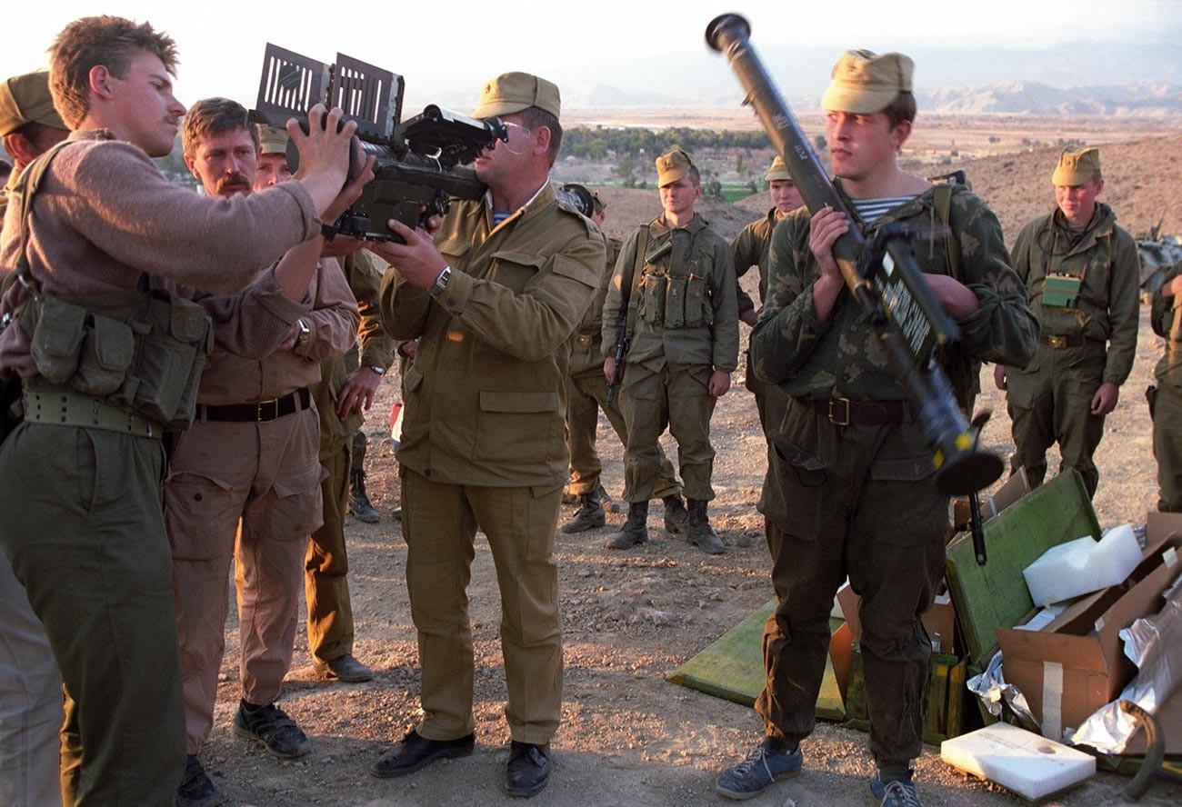 Un grupo de fuerzas especiales examina  un sistema antiaéreo estadounidense