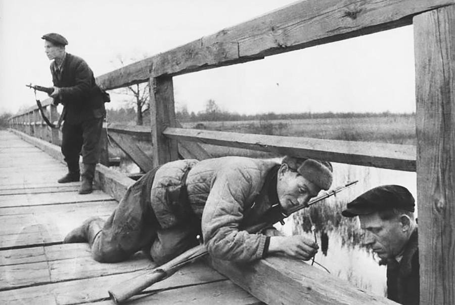 Des partisans biélorusses s'apprêtant à faire exploser un pont, 1943
