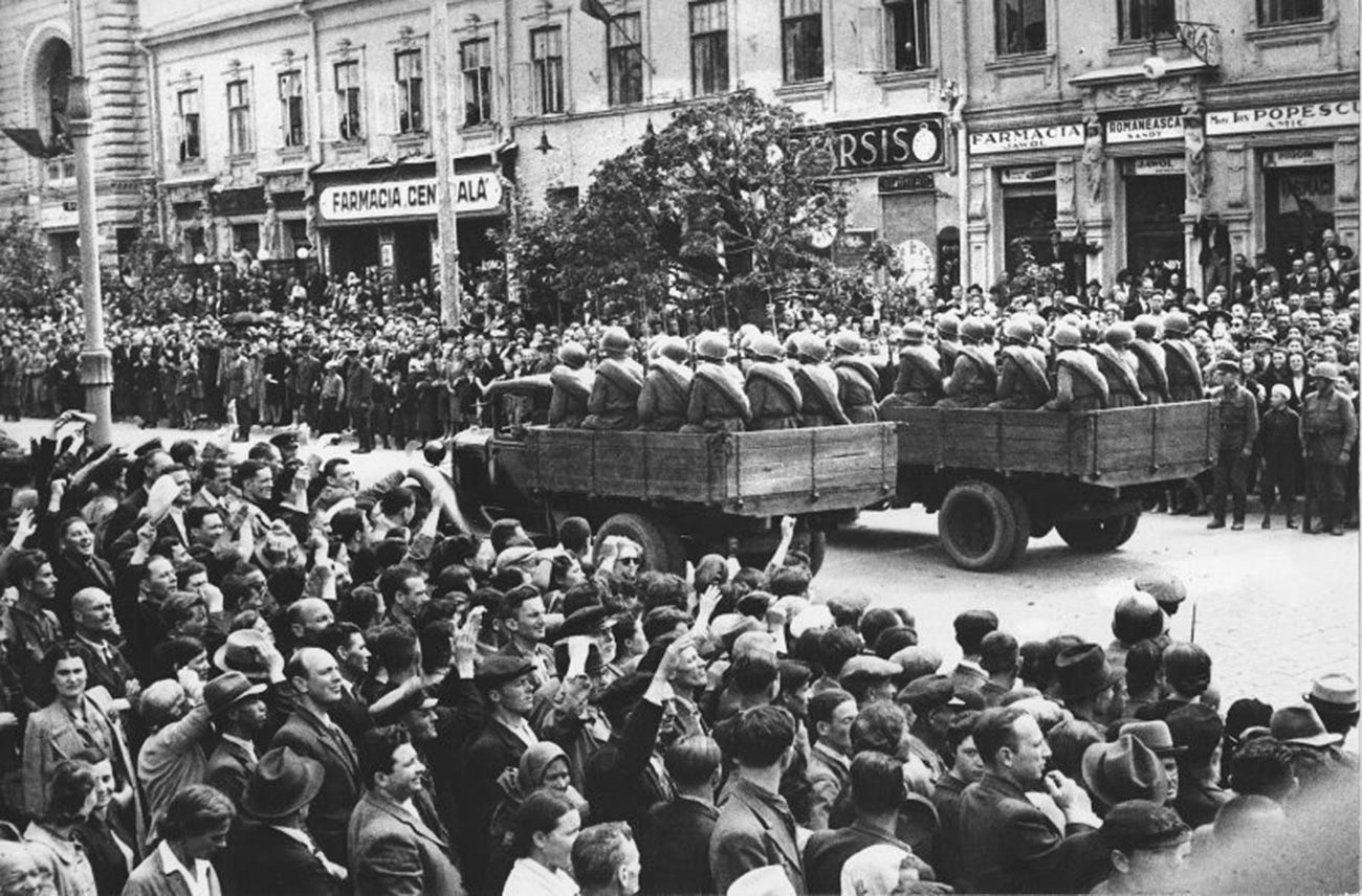Парада во Кишинев по повод приклучувањето кон СССР, 1940 година.