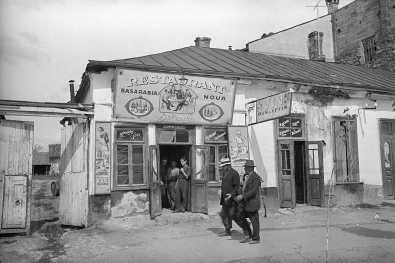 """Ресторанот """"Бесарабија Нова"""" во Кишинев, 1940 година"""