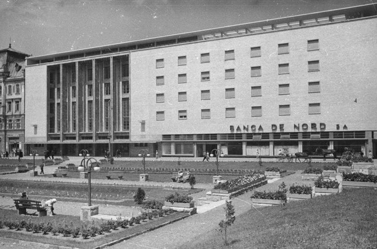 Зградат на банката во Черновици, 1940 година (дене Черновци, територија на Украина).