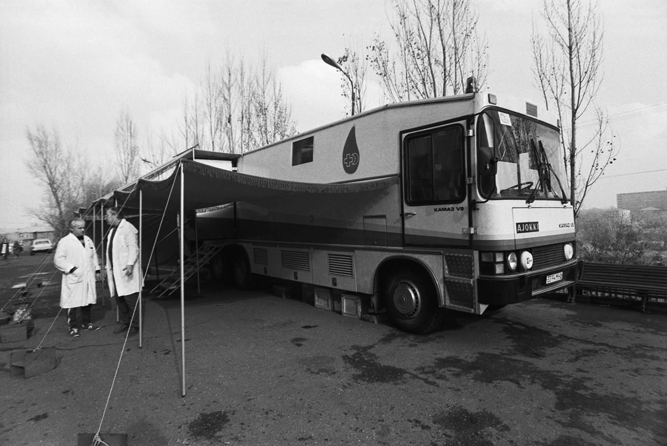 Mobile Bluttransfusionsstation in Jerewan nach dem Erdbeben in der armenischen SSR, 1988