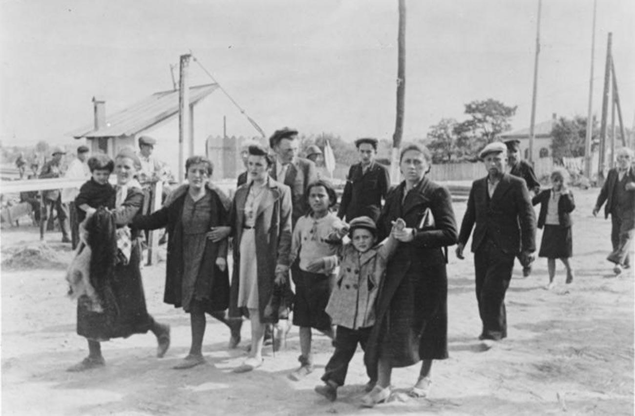 Романци ги водат на зборно место партизаните од еврејска националност и членовите на нивните семејства.