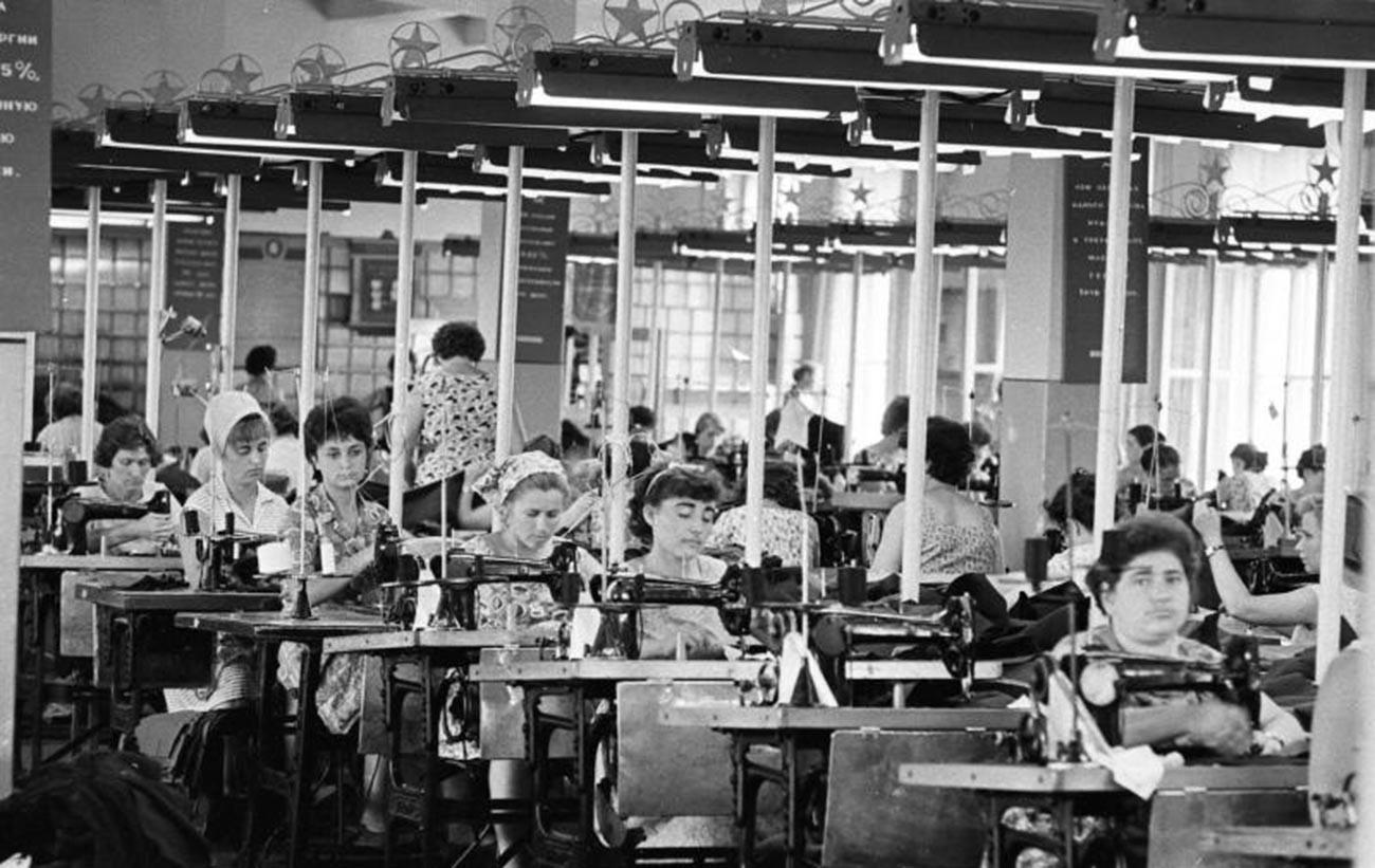 """Шивачницата """"40 години Комсомол (Сесојузен ленински комунистички сојуз на младината)"""", 1964 година."""