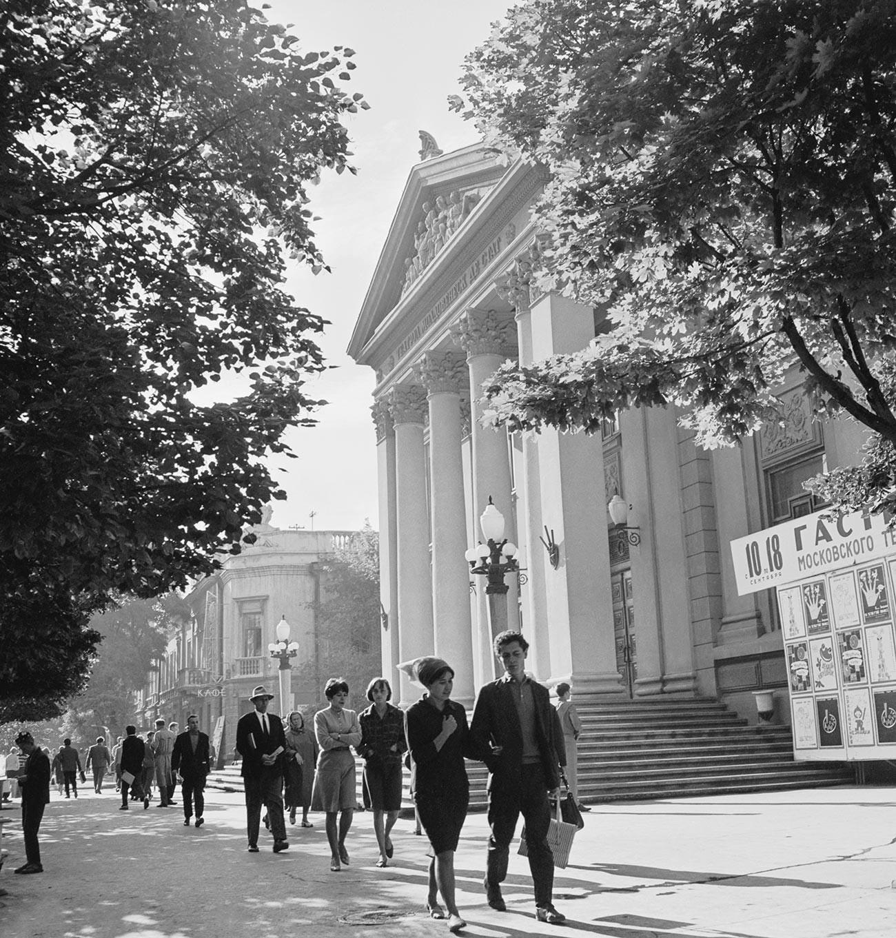 """Кишинев, зградата на Молдавскиот државен музичко-драмски театар """"А.С. Пушкин"""" на Ленинскиот проспект во текот на шеесеттите години од минатиот век."""