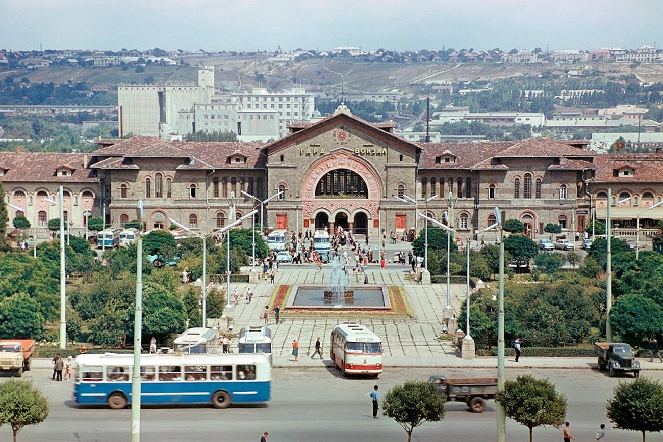 Железничката станица и плоштадот во Кишинев, 1967 година.