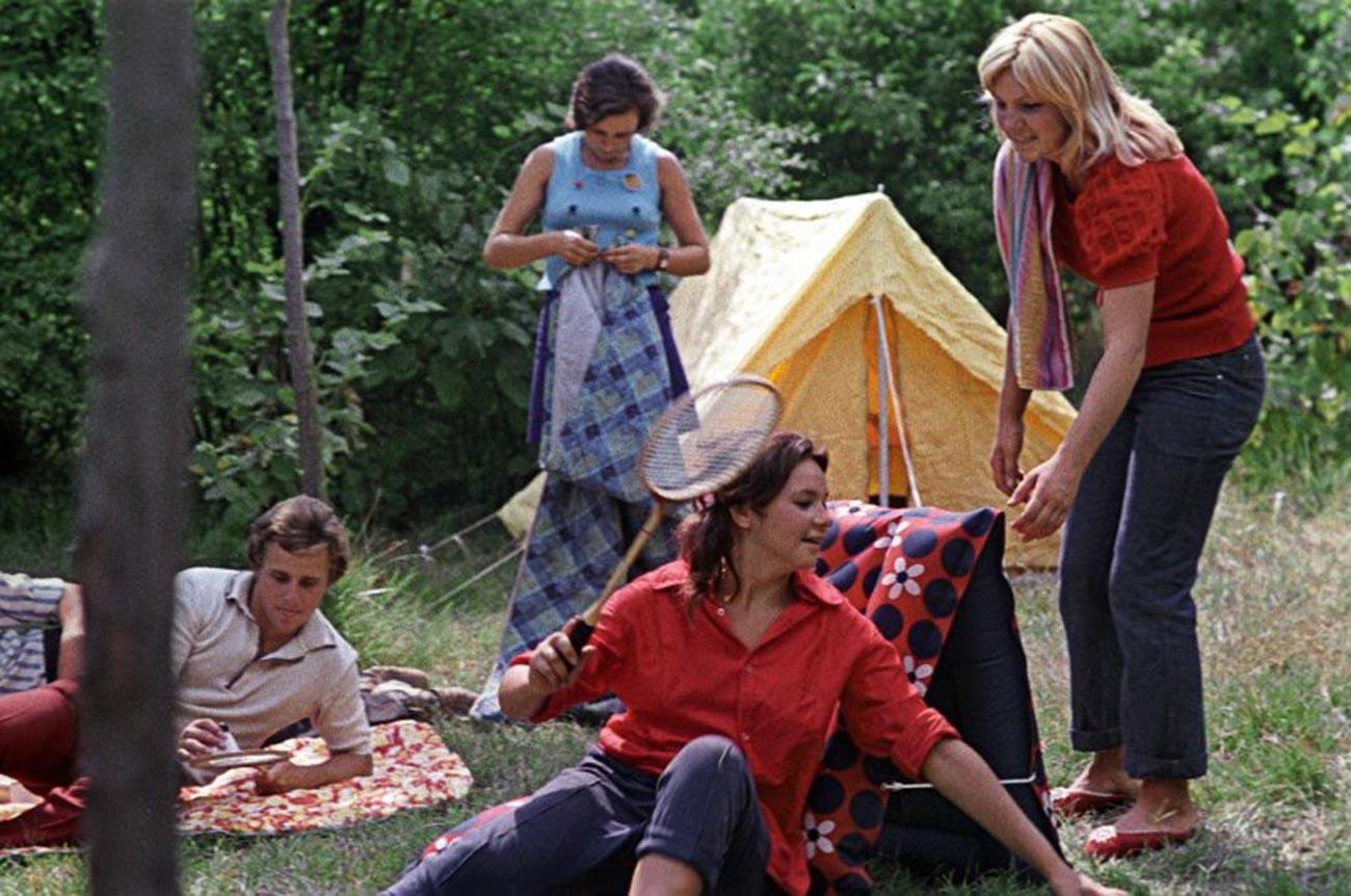 Работници од шивачница на викенд во природа, 1975 година.