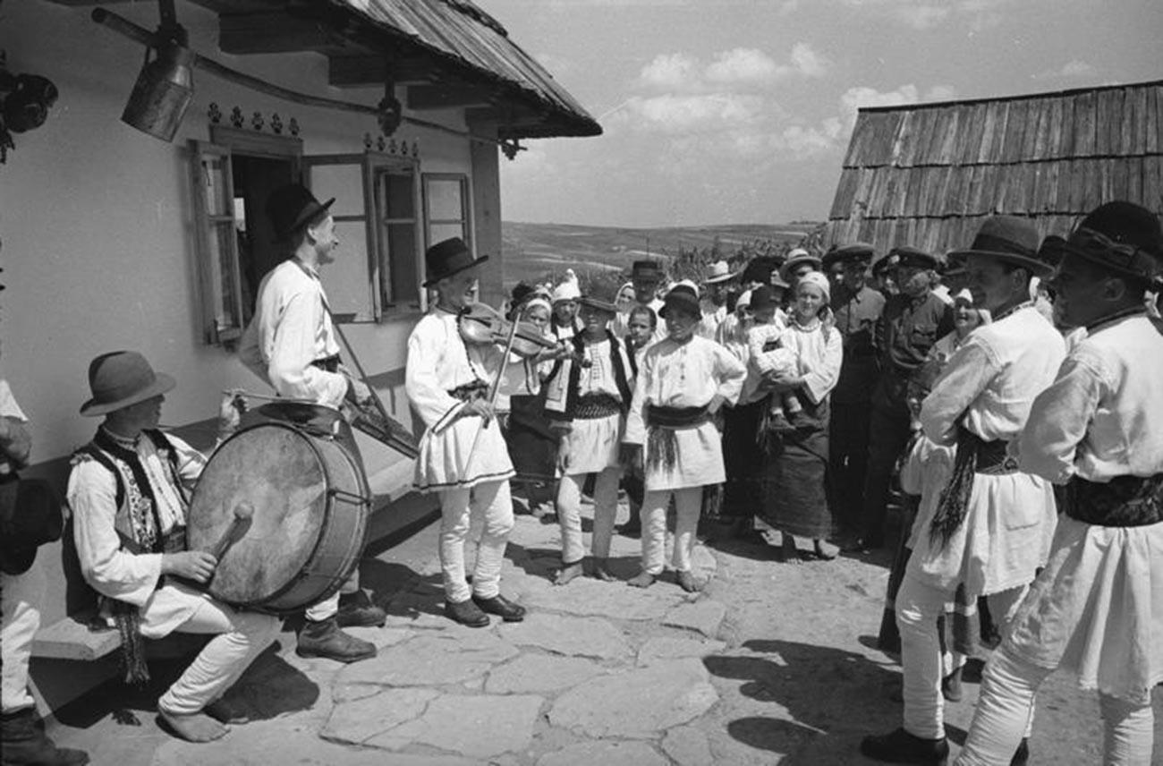 Orkestra bermain pada pernikahan di sebuah desa, 1940.