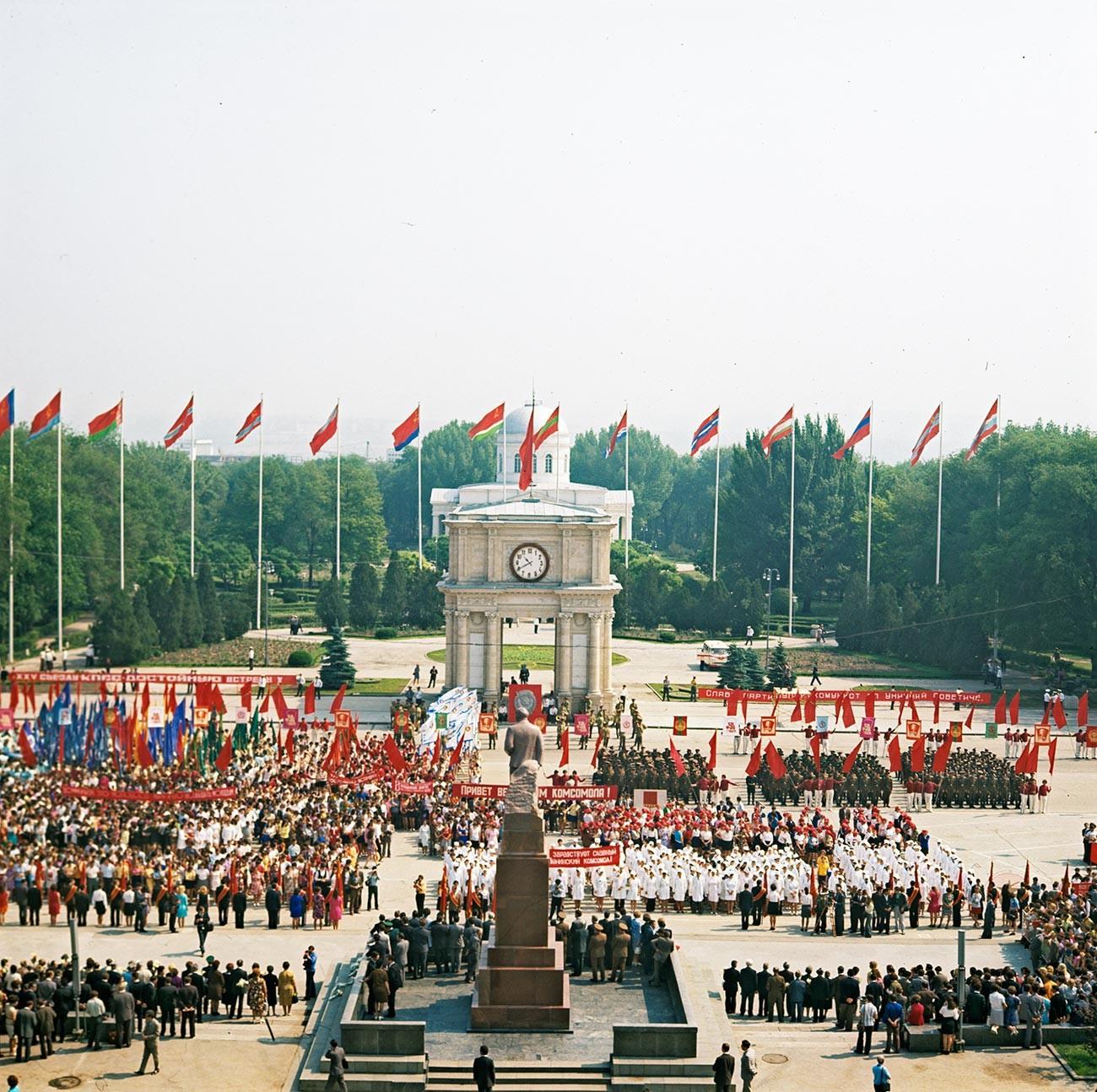 Perayaan Hari Kemenangan di Lapangan Kemenangan, Chisinau, 1976.