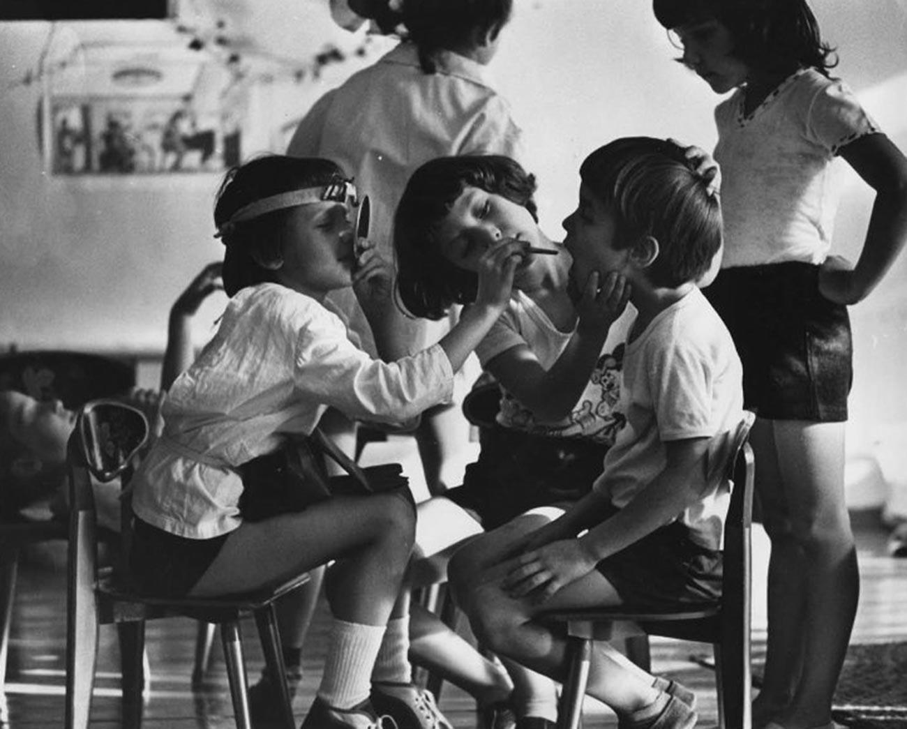 Anak-anak sedang bermain dokter-dokteran di taman kanak-kanak, 1985.