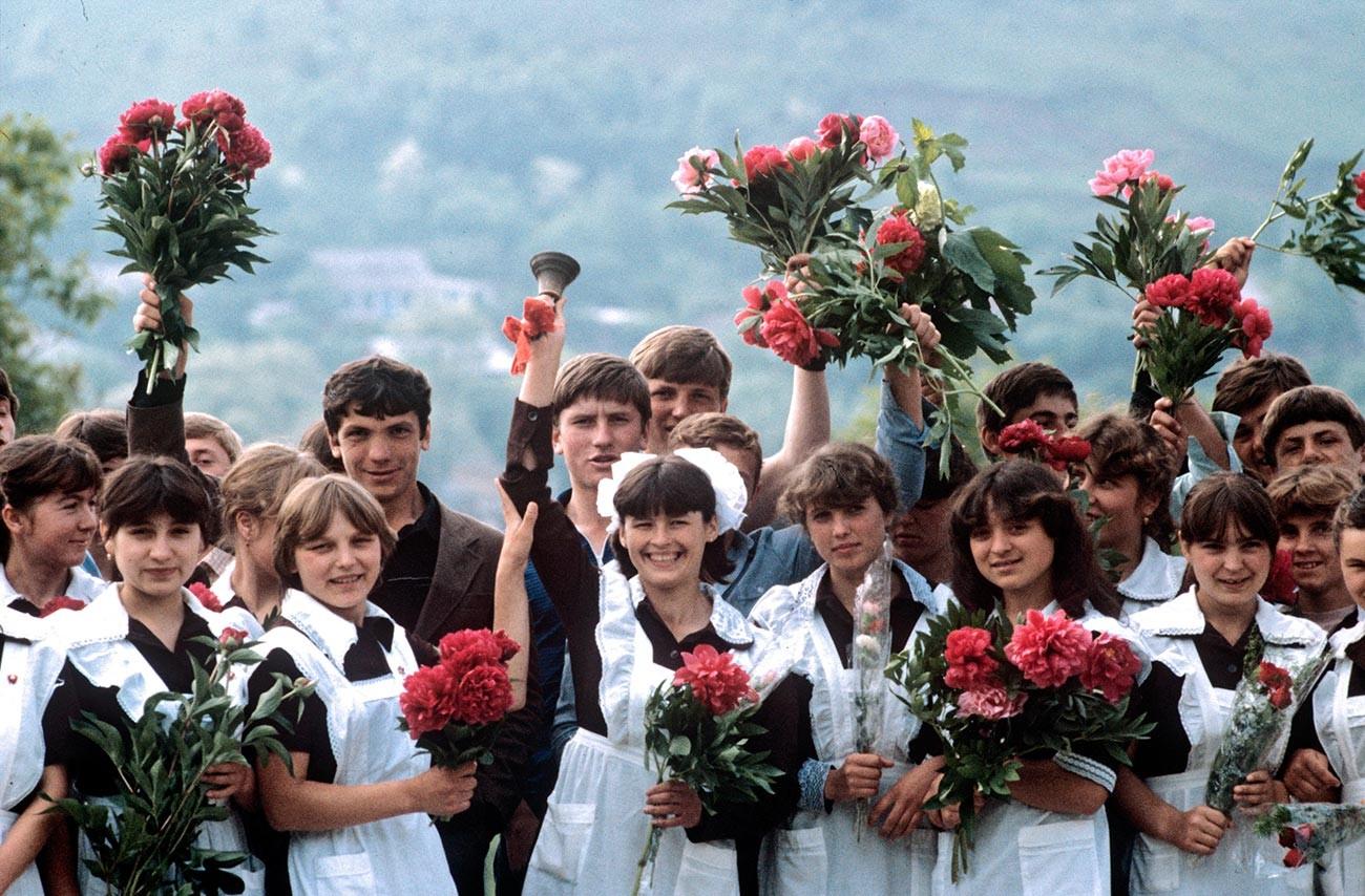 """Upacara kelulusan sekolah """"Bel Terakhir"""" di Desa Berdar, Distrik Kotovsky, 1986."""