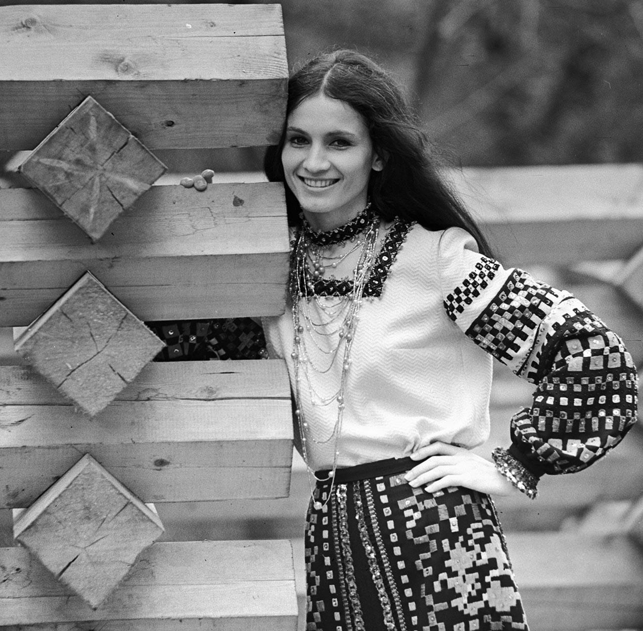 Sofia Rotaru, penyanyi etnis Moldavia yang terkenal di seluruh Soviet (dan masih populer sampai sekarang), 1974.