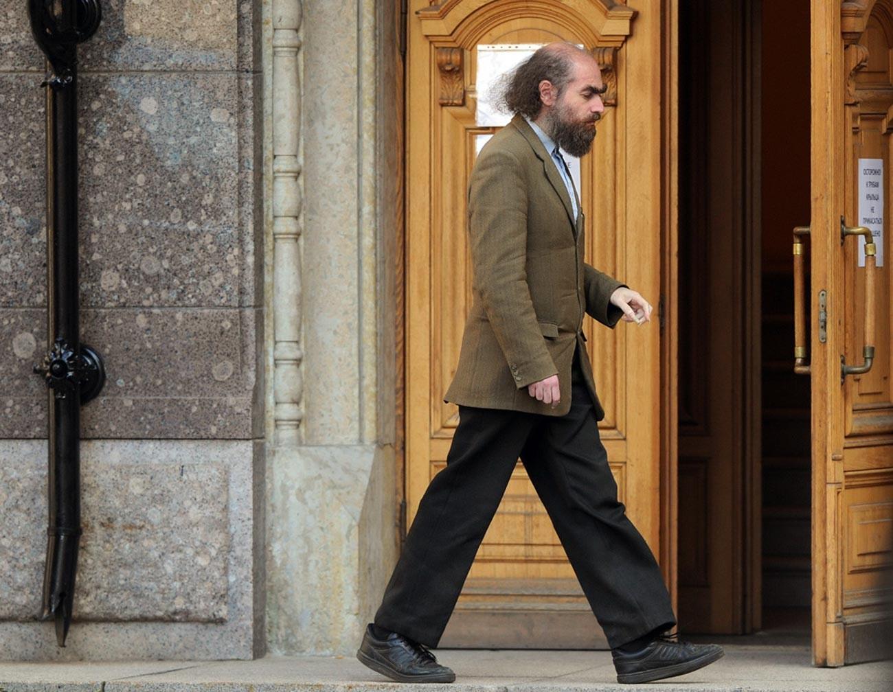 Grigory Perelman terlihat berjalan di suatu tempat di kampung halamannya di Sankt Peterburg. Grigory biasa menghindari dan/atau mengabaikan jurnalis dan reporter.
