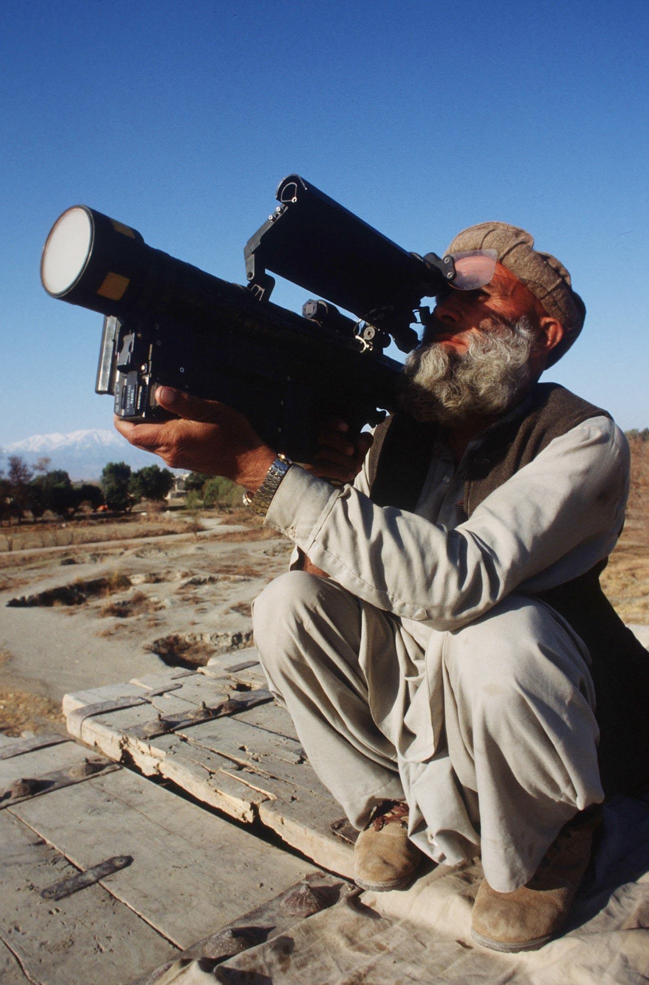 Un combattant moudjahidine tient un lance-missile sol-air américain Stinger