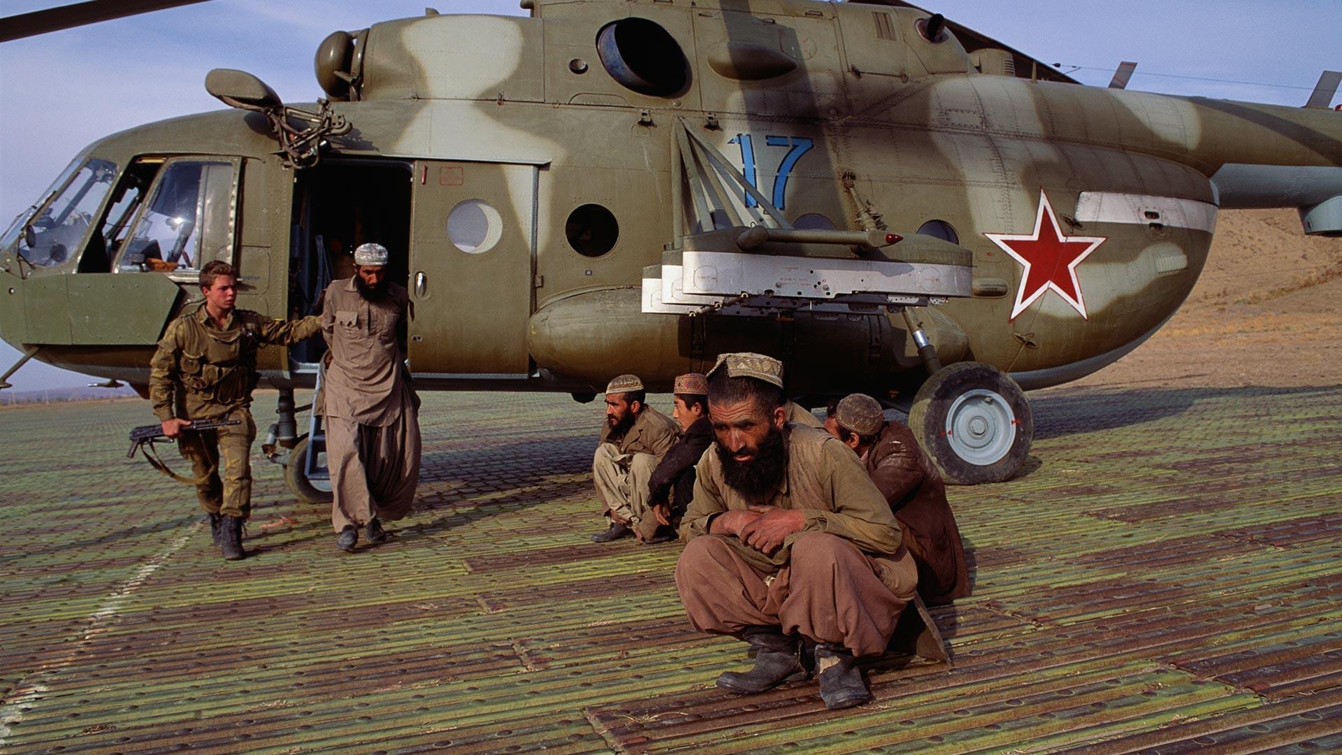 Des gardes soviétiques arrêtent des Afghans