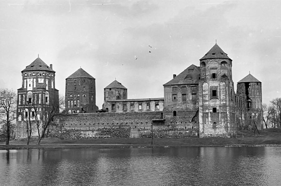 В Мирския замък от XVI в., по време на Втората световна война, германците организират еврейско гето, а тогава има и Художествен артел - и едва в края на 1970-те и началото на 1980-те години замъкът е възстановен, снимка от 1978 г.
