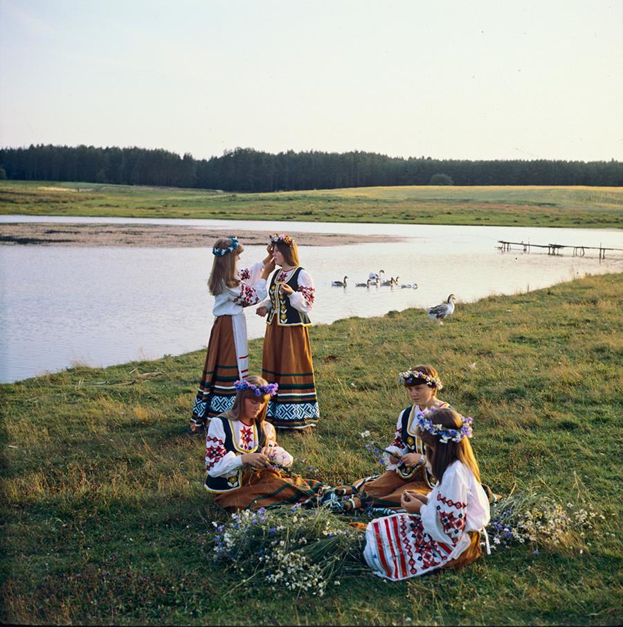 По време на празника на Иван Купала на територията на Държавния музей на народна архитектура и бит край Минск, 1989 г.