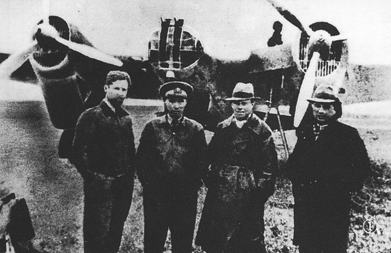 Съветски авиатори на летището в Хайкоу. Отляво надясно, Б. Б. Камонин, китайски пилот, Алексей Андреевич Лебедев, преводач.