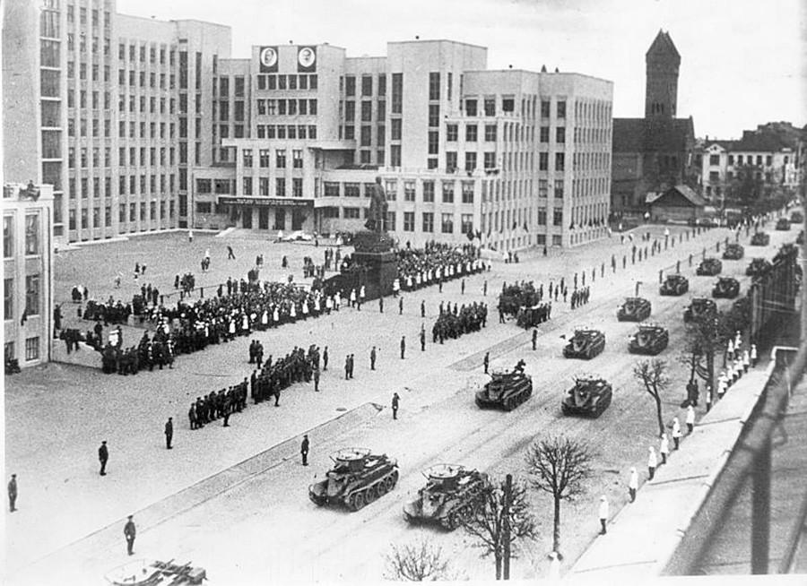 Sowjetische Panzer auf dem Leninplatz (heute Unabhängigkeitsplatz), Minsk, 1935