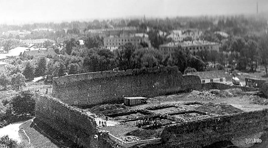 Die Burg Lida (14. Jahrhundert) diente von Anfang des 20. Jahrhunderts bis 1937 der polnischen Fußballnationalmannschaft als Trainingsstätte. Als das Gebiet Teil der UdSSR wurde, verließen die Fußballer die Burg. Kinder spielten dort weiterhin und traten die Bälle gegen das alte Gemäuer.