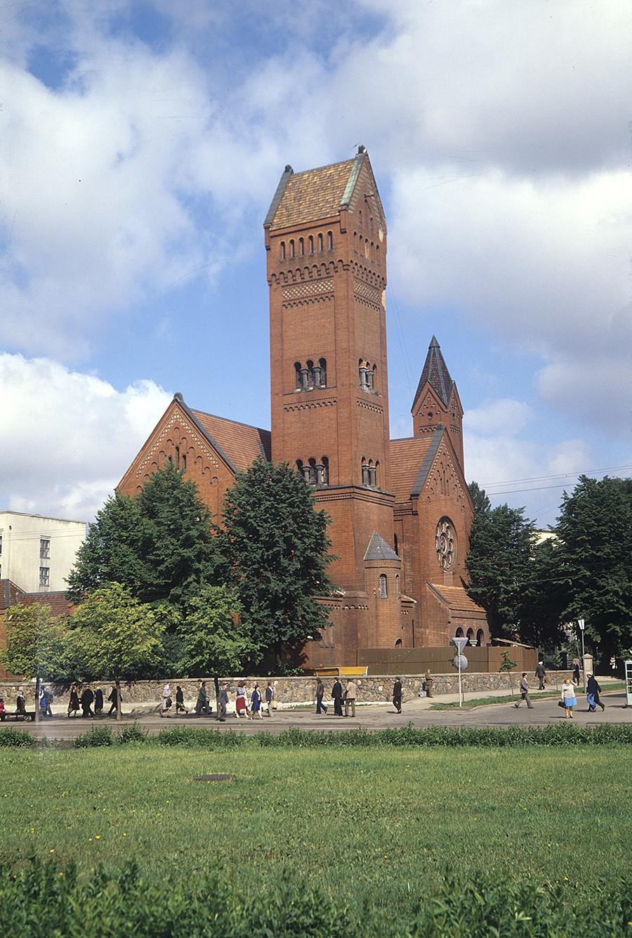 Die Rote Kirche (Kirche des heiligen Simon und der heiligen Helena) in Minsk wurde 1905 erbaut. Zu Sowjetzeiten wurde sie als Filmstudio genutzt, später als Kino und Museum. Nach dem Fall der UdSSR wurde sie wieder eine Kirche. Foto von 1983
