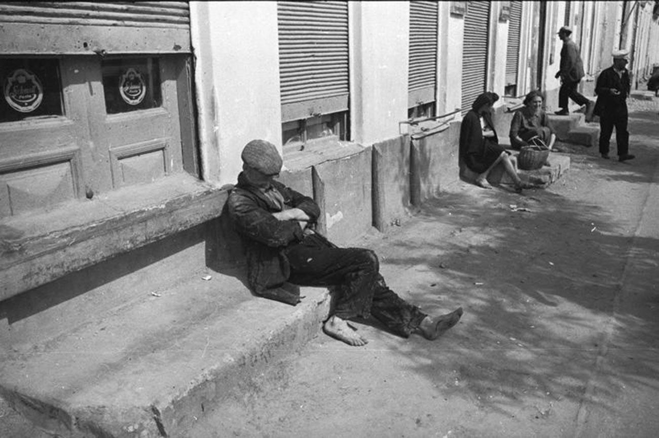 Homem desempregado nas ruas de Quichinau, 1940