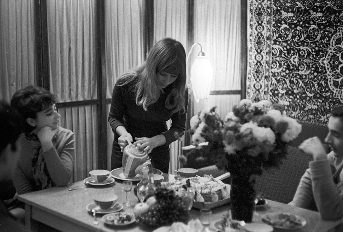 Cantora moldava Olga Sorokina, com amigos, em seu apartamento em Quichinau, 1968