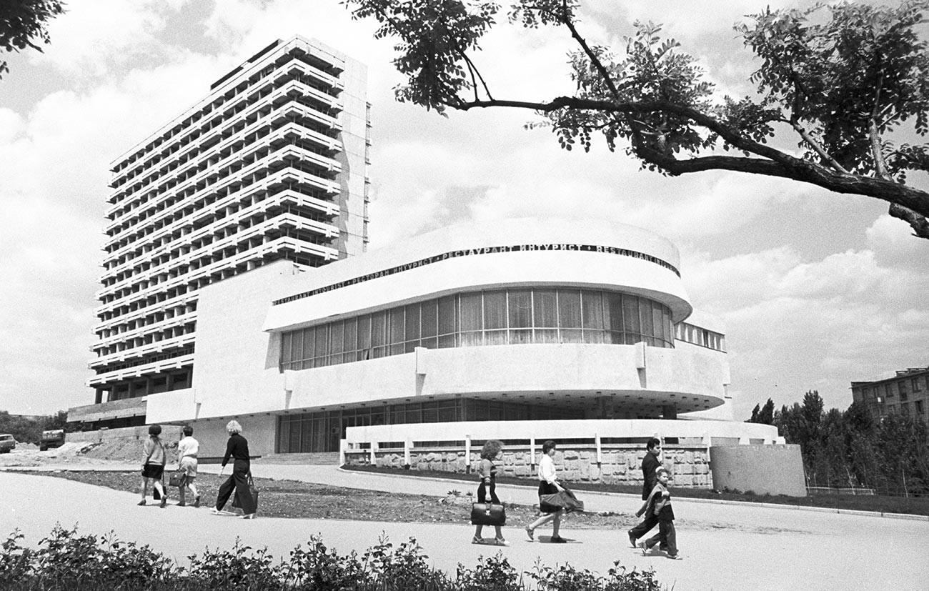 Hotel e restaurante turístico em construção na Avenida Lênin, em Quichinau, 1974